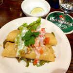 メキシカン・バー ソル・マリアッチ - タキートス(¥600)。揚げ春巻きに似るが、柔らかな食感に仕上げるメキシコ料理