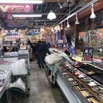 博多豊一 - 広い鮮魚コーナー
