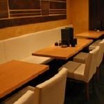 まかないや - オープンスペースには、テーブル席を3つご用意しております。