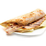 燻しベーコンとチーズの温かいサンドイッチ
