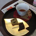慶希処AMATERRACE - サービスしていただいたほうじ茶と試食用の和風パウンドケーキ2種