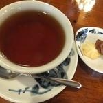 アデリータ - セットの紅茶と茶菓子