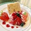 自由亭喫茶室 - 料理写真:紅茶のシフォンケーキ~苺のアイス&手作りソース添え~