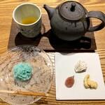 126654988 - 日本茶 香駿(温) 800円                       季節の菓子 滝しぶき 400円