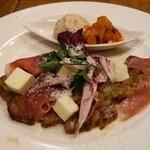 126675504 - 豚肩ロースのグリル、生ハムとモッツァレラチーズ乗せフレッシュトマトのバジルソース