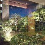 日本料理雲海 - ライトアップされた中庭。幻想的です。