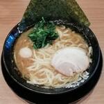 横浜家系ラーメン 町田商店 - 豚骨醤油ラーメン 720円