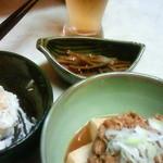 立飲み東京キクマ - 立ち寄りセット850円(ポテトサラダ+牛肉と豆腐の煮物+飲み物)とウドのきんぴら