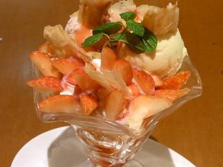 トゥ・ザ・ハーブズ アトレ目黒店 - 苺がてんこ盛りです