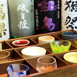 人気銘柄・季節の美酒が並ぶ。日本酒で一献傾ける至福のひと時