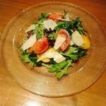 鉄板鶏舎tori to tamago - 狼桃トマトとチーズのサラダ 甘いフルーツトマトと4種チーズ(ミモレット、ゴルゴンゾーラ、パルミジャーノ(パウダー&スライス))のサラダ。食用ほおずきも入ってました。 これで1600円はお高い(>_<)