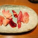 鉄板鶏舎tori to tamago - 左より、白レバー白子、トサカ、砂肝、ハツ、股肉、むね肉 どれも新鮮です。股肉は筋肉質でした。