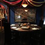 クンビラ - 店内のテーブルや飾りは全てネパールから!