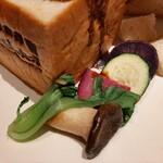 126748451 - くり抜いたパンの中身の他、エリンギや紫芋、グリルしたズッキーニもビーフシチューに合う!
