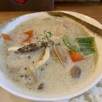 カフェド アニバーサリー - グリーンカレーなのでほぼスープ。最初甘いが後からスパイスが効いてきます。