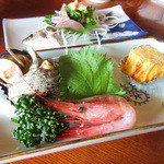 なじま - 焼魚定食(2500円)のサザエの壷焼き、甘海老、玉子焼き
