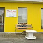 カフェ・マザー - 国道に面していて 黄色い建物が目を引きます