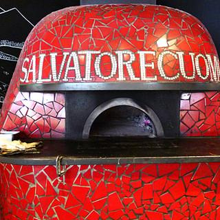 本場ナポリの職人による薪窯で焼き上げる本物の味