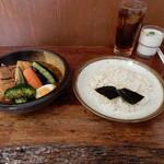 126794933 - 本日いただいたのは、三元豚角煮と野菜のスープカレー、ライス中、セットメニューのウーロン茶