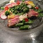 鉄板焼 むさしの 吉祥 - 塩麹に漬けた牛肉のタタキ風