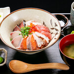 海鮮×寿司 魚衛門 - 魚衛門の海鮮丼
