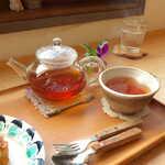 konon~木の音~ - 赤ぶどうの国産紅茶(¥528)。ティーカップ、上から見ると液面がハートの形です