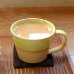konon~木の音~ - 地元一宮産の蜂蜜を使用。この素敵なティーカップ、店内で販売中です