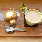 konon~木の音~ - ほうじ茶のロールケーキ(セット¥275)、はちみつミルクティー(¥550)。花一輪が添えられる