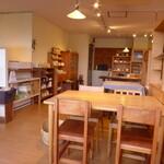 konon~木の音~ - 木工製品の店だけに、テーブルそのものも見る価値がある。食器など雑貨も販売される