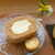 konon~木の音~ - 生地にほうじ茶が練り込まれており、ほんのり風味を感じる。チョコレートとレーズンのクッキーが添えられる