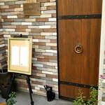 眞踏珈琲店 - 小さい木の扉の中央にあるアンティークな真鍮のリング取っ手