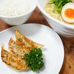 焼き餃子セット(ランチタイム限定) 単品:焼き餃子6個¥300もあり