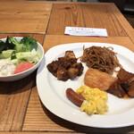 ROYAL Mirai Dining - 朝食ビュッフェ1600円(税込み)。第二弾。生野菜とポテトサラダ、麻婆豆腐、焼きそば、牛すじ煮込み、スクランブルエッグ、ソーセージ。麻婆豆腐は、なかなか本格的な味わい。美味しくいただきました(^。^)