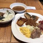 ROYAL Mirai Dining - 朝食ビュッフェ1600円(税込み)。生野菜と和惣菜、温惣菜色々、カレー。焼きそばが、とてもシンプルな味わいで、やめられない止まらない状態でした(笑)(╹◡╹)