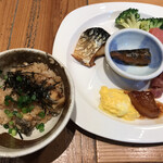ROYAL Mirai Dining - 朝食ビュッフェ1600円(税込み)。うなぎご飯、惣菜色々。こちらの牛すじ煮込みは、老舗居酒屋さんもびっくりの味わいです(╹◡╹)