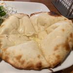マントラカフェ - チーズナン