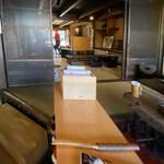 韓国家庭料理 青山 - 店舗内部。手前が土間。