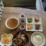 韓国家庭料理 青山 - 青山ランチ(¥1300)このほかにデザートが付いてきます。