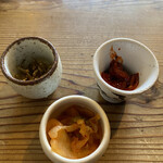 韓国家庭料理 青山 - 前菜のキムチ3種。白菜とイカ、ジャコです。(ジャコは普通のジャコです)