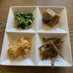 韓国家庭料理 青山 - ナムル4種