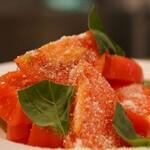 パルメザンチーズとバジルのトマトサラダ