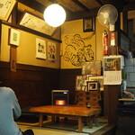 Dokushakusanshirou - 店内(小上がりのテーブル席)