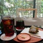 126849788 - 桜餅と淡口コーヒーをアイスで。春の日差しのなか、冷え冷えのアイスコーヒーを飲む贅沢。