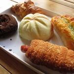 パン工房 麦童 - 料理写真:メロンパンは小柄だけど、かなりのドーム型です