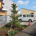 パン工房 麦童 - お店の脇に3台駐まれる駐車スペースがあります