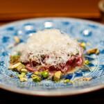 肉割烹 上 - タルタル エメンタールチーズ 木の芽、実山椒 ランプ