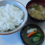 とん駒 - ランチメニュー1番人気のロースかつ定食のご飯、味噌汁、お新香