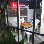 よっちゃん - テーブルと椅子があります