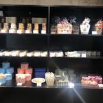 パティスリー グレゴリーコレ - 手土産、プレゼントに最適なギフトが並べられてます 焼き菓子の詰め合わせ、サブレ、フィナンシェなど