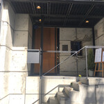 パティスリー グレゴリーコレ - 階段を上がった先の木目調の扉が入り口です